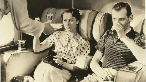 Bild 1 von 13der Fotostrecke zum Klicken: Wie wäre es mit einem Gläschen? Diese Aufnahme entstand in einem Flugboot derImperial Airways in den 1930er Jahren. Die Vorläufergesellschaft von British Airwayswurde1924 gegründet.