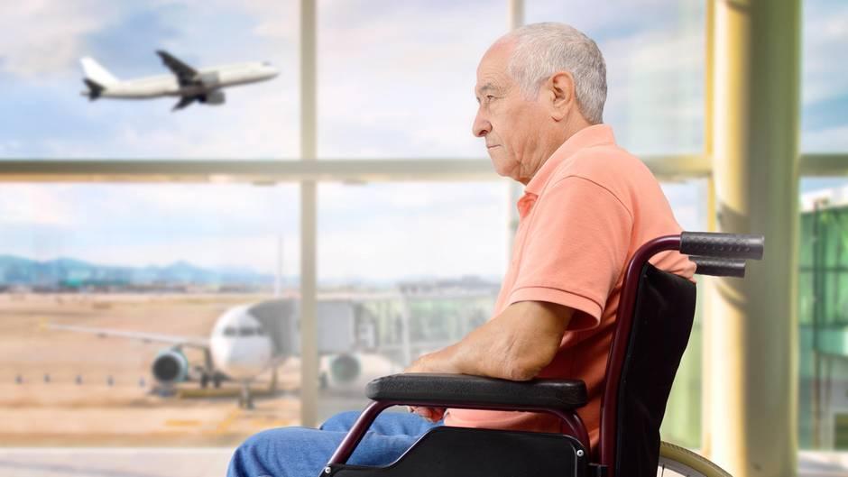 Ein Rollstuhlfahrer durfte mit seinem Rollstuhl nicht ins Flugzeug(Symbolfoto)