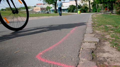 An einem Eingang zum Görlitzer Park in Berlin ist eine rosa Markierung auf dem Boden zu sehen. Dort sollen Drogendealer künftig stehen