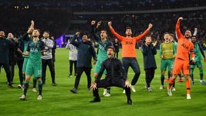 Amsterdam, Niederlande. Im Moment ereignen sich im Fußball ziemlich viele Wunder. Nach dem Wunder vonAnfield in Liverpool am Dienstagabend geschah am Mittwochabend in Amsterdam ein weiteres Wunder. Tottenham Hotspur hatte das Hinspiel gegen Ajax Amsterdam mit 0:1 verloren und lag im Rückspiel zur Halbzeit mit0:2 zurück - und drehte das Spiel in einem furiosen Finale in einen 3:2-Sieg inklusive einemTor in buchstäblich allerletzter Sekunde.Danach gab es kein Halten mehr für die Spieler und Trainer Mauricio Pochettino, der hier ganz tief in die Hocke geht, als würde er einen Haka-Tanz aufführen.