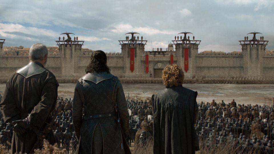 Jon Schnee, Tyrion und Davos sind gemeinsam mit den Unbefleckten vor Königsmund angekommen. Es wird sich zeigen, wie gut sich die dezimierten und erschöpften Truppen aus dem Norden gegen die Goldene Kompanie schlagen wird, sollte es zum Gefecht kommen.