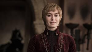 Noch sitzt sie auf dem Eisernen Thron, hier blickt sie zufrieden in die Kamera: Cersei, im Hintergrund ihr treuer Zombie-Leibwächter Gregor Clegane. Nach siebeneinhalb Staffeln wissen wir: Die Königin darf nicht unterschätzt werden, bislang hatte sie immer ein Ass im Ärmel. Und sie ist bereit, über Leichen zu gehen, damit sie bekommt, was sie möchte.