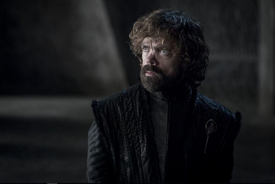 Tyrion war in den letzten Staffeln der loyale Berater an Daenerys' Seite. Noch hält er ihr die Treue – aber wie lange noch? Womöglich haben die Drehbuchautoren auchnoch einen letzten Twist für das Finale aufgespart. Seit Jahren halten sich Fan-Theorien, er wäre in Wirklichkeit ebenfalls ein Targaryen. Belege gibt es dafür bislang allerdings nicht.