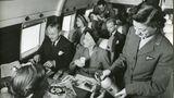 Das waren noch Zeiten: Passagiere saßen sich an einem Vierer-Tisch gegenüber und die Flugbegleiterin ging zum Füllen derGläser mit einem Soda-Siphon durch die Reihen.