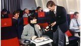 Allein unter Männern: Eine Passagierin begutachtet die Champagnersorte in der Business Class auf Langstrecken in den 1990er Jahren.