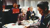 In den frühen 1980er Jahren: Auf dem Servierwagen werden die Tabletts für die Passagiere in der Business Class - Super Club genannt - zusammengestellt.
