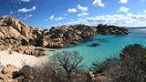 Diesen wunderschönen Strand erreicht ihr, wenn ihr eine gute Stunde auf der kleinen Insel Caprera im Nordosten von Sardinien wandern geht. Die Überfahrt mit der Fähre kostet hin und zurückum die 30 Euro für ein Auto und zwei Personen. Sie gehört zur Inselgruppe La Maddalena, die ihrbei einer Rundreiseauf keinen Fall auslassen solltet. Da die kleine Bucht nicht mit dem Auto zu erreichen ist, hat man hier vor allem außerhalb der Hauptsaison seine Ruhe.