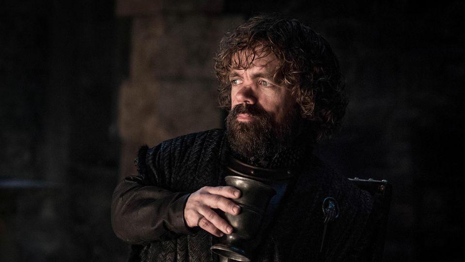 TyrionLennister mit einem Kelch Wein.