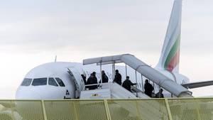 Abgelehnte Asylbewerber steigen an Bord eines Abschiebefluges