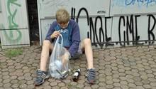 Ein Junge verdient sein Taschengeld durch das Sammeln von Pfandflaschen