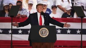 Donald Trump schürt die Angst vor Migranten an der Grenze mit Mexiko bei einer Rally in Florida.