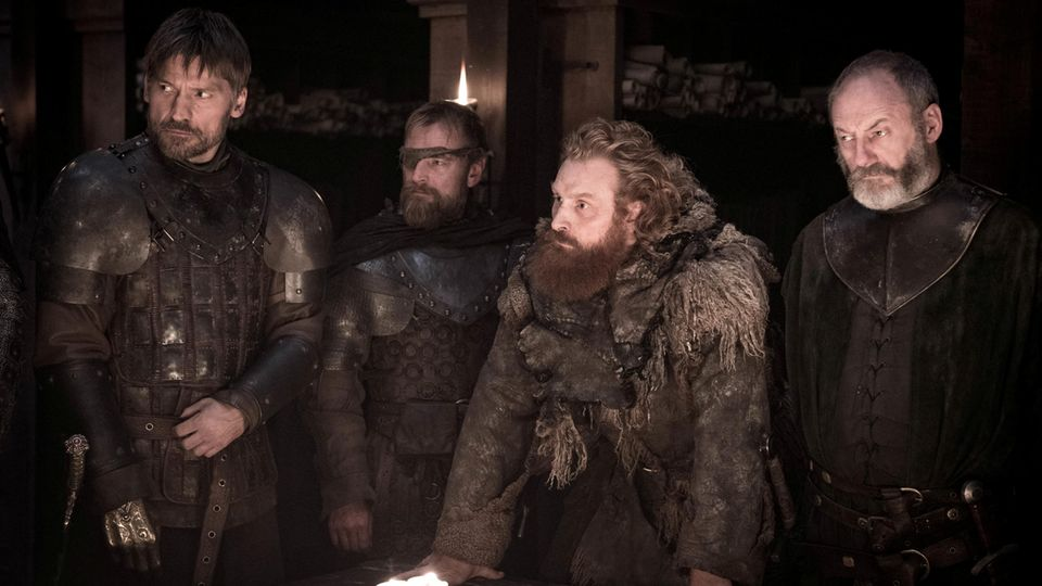 Jaime Lennister, Beric Dondarrion, Tormund Riesentod und Davos Seewert stehen nebeneinander an einem Tisch