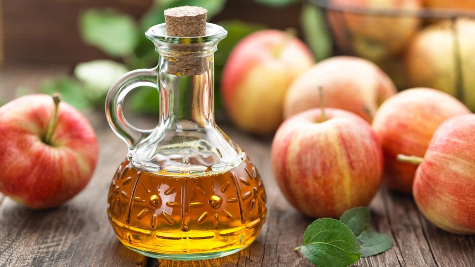 Apfelessig kann bei unreiner und fettiger Haut, aber auch in Sachen Ernährung helfen