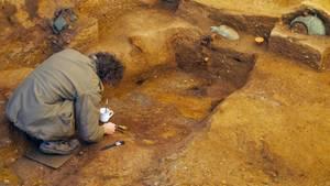 Forscher untersuchen die menschlichen Überreste, die in der königlichen Grabstätte entdeckt wurden.
