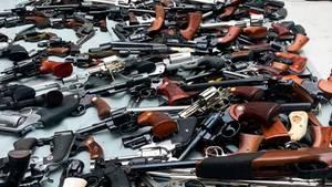 In einer Villa in einem luxuriösem Wohnviertel von L.A. hat die Polizei ein Waffenarsenal mit mehr als 1000 Gewehren entdeckt