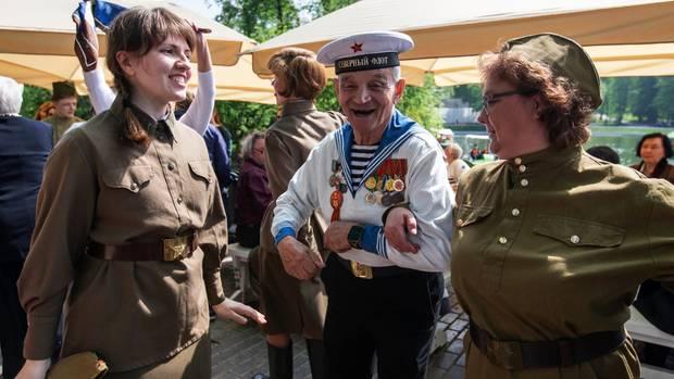 Russland, Moskau: Viktor Nowopaschin, 87, ein Veteran der Roten Armee, tanzt mit zwei Frauen in sowjetischer Uniform.