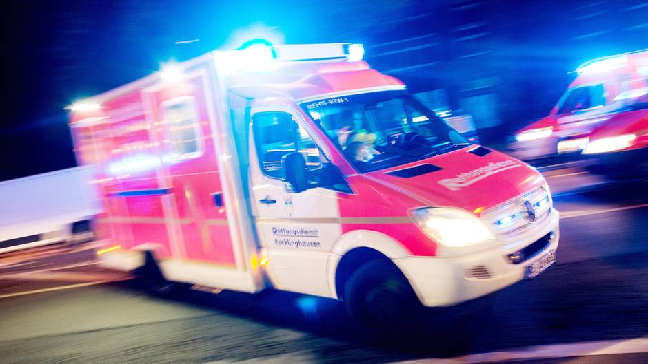 Ein Rettungswagen fährt mit Blaulicht