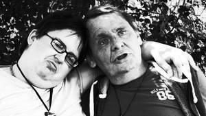 Ein Paar sitzt im Garten und umarmt sich