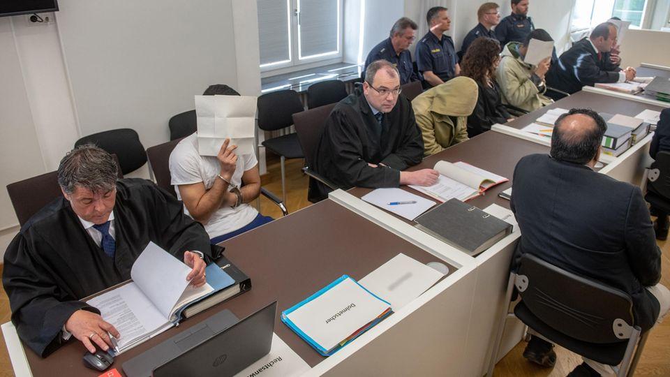 Die Angeklagten Ende April im Saal des Amberger Landgerichts