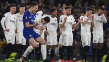 Cesar Azpilicueta von Chelsea jubelt beim Elfmeterschießen vor den Spielern von der Eintracht