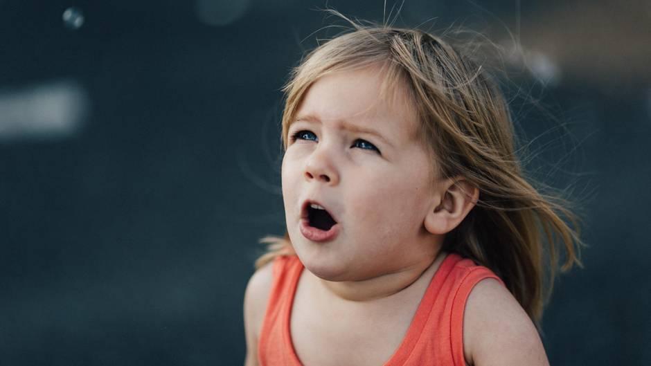 Ein kleines Kind mit überraschtem Gesichtsausdruck