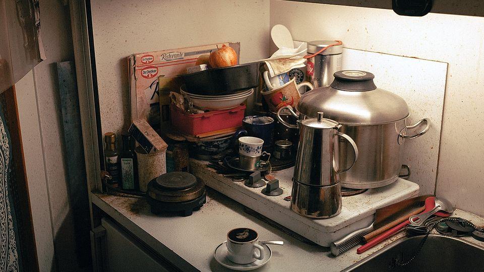 In den Einzimmerwohnungen ist nur Platz für eine kleine Kochnische. Auch bei Wolfgang. Oft macht er sich Eintöpfe aus dem Gemüse, das er sich bei der Tafel holt. Sein einziger Luxus: die selbst gedrehten Zigaretten und das Espressopulver.