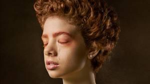Eine Frau mit roten Locken weint