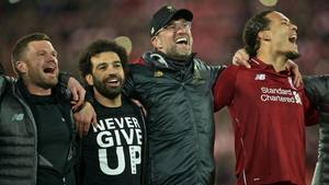Jürgen Klopp feiertmit Spielern und Fans gemeinsam den Einzug in das Champions-League-Finale