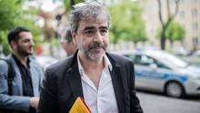 Deniz Yücel auf dem Weg zum Amtsgericht Berlin