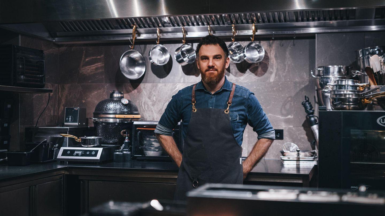 """René Frank und sein Geschäftspartner Oliver Bischoff eröffneten 2016 die""""Coda"""". Frank ist der erste Chef-Patissier, der mit einem reinen Dessert-Restaurant 2019 einen eigenen Michelin-Stern erhält. 2020 erfolgte dann der zweite Michelin-Stern.Von 2010 bis 2016 war er Chef-Patissier im Osnabrücker Gourmet-Restaurant """"La Vie"""" (mittlerweile geschlossen). Im Jahr 2013 wurde er vom Gault-Millau zum """"Patissier des Jahres""""und 2016 zum """"Patissier des Jahres""""von BuscheVerlag ernannt."""