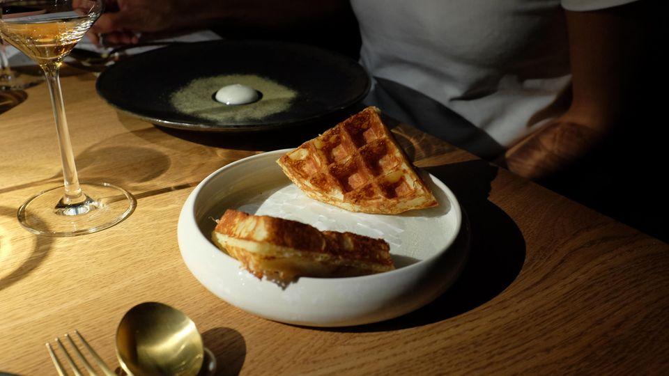 """Was für eine Überraschung: Die """"Waffel mit Joghurt"""" entpuppt sich als Mais-Waffel mit Raclette-Käse und einem Joghurt von der getrockneten Salzgurke."""