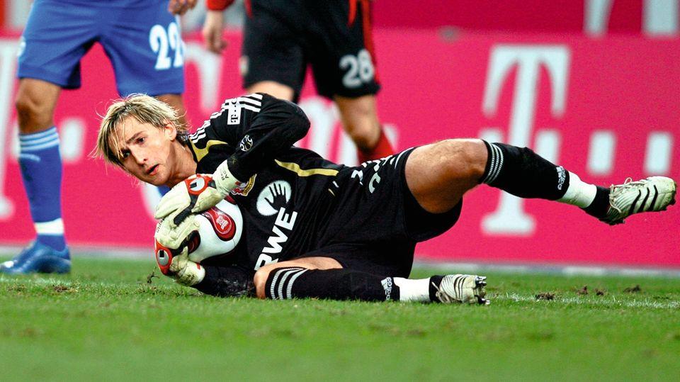 """Zupackend: Adler feierte 2007 beim 1:0-Sieg seiner Leverkusener auf Schalke ein grandioses Bundesliga-Debüt mit zahlreichen Glanzparaden. """"Vielleicht war das erste auch mein bestes Spiel überhaupt"""", sagt er im Rückblick"""