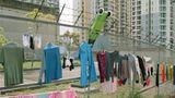 Auch Socken schaffen es in der asiatischen Metropole in den öffentlichen Raum