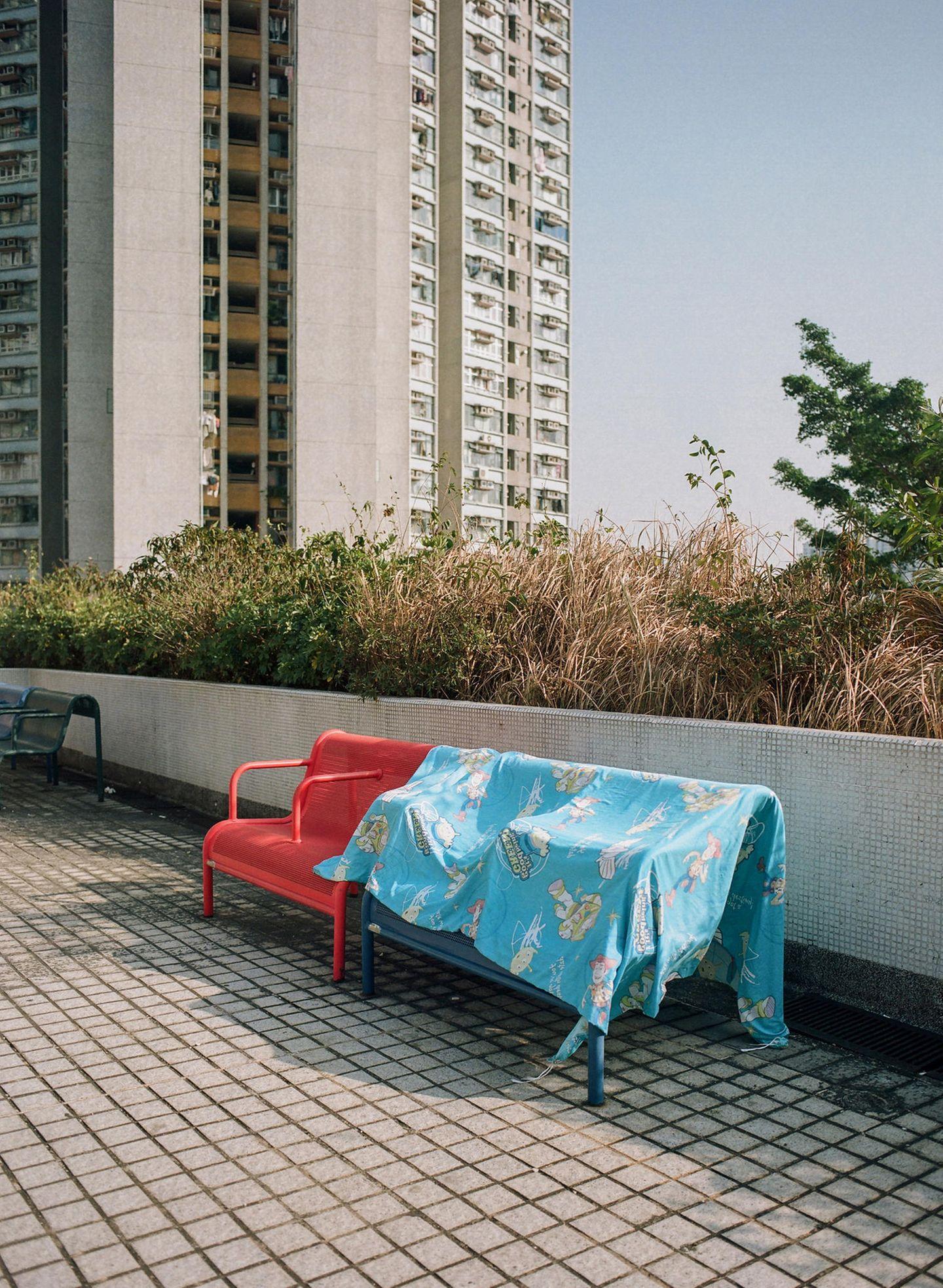 eine Decke auf einer Sitzbank
