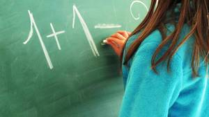 Die Lehrerin der Grundschule ist beliebt, die Eltern der Schüler sammeln für sie Geld