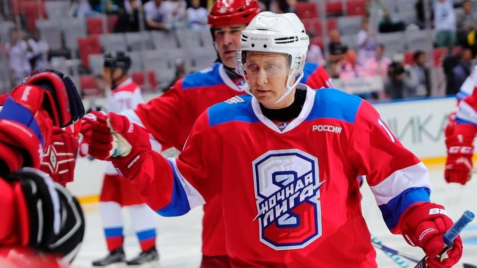 Wladimir Putin schießt beim Eishockey neun Tore und stürzt auf Ehrenrunde