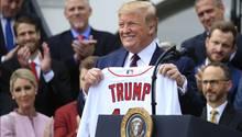 Donald Trump (hier mit einem Trikot der Boston Red Sox) wünscht sich am 4.Juli einen großen Auftritt