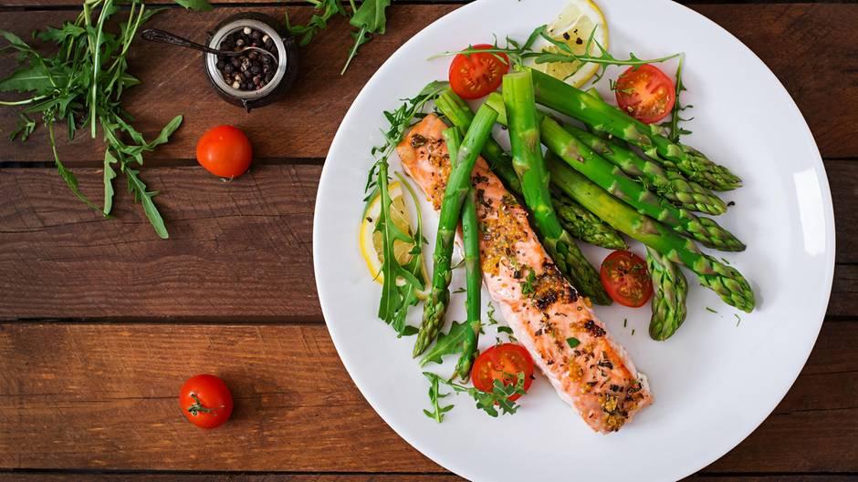 Gesunde Ernährung: Gemüse, Hummus und Vollkornbrot stehen auf einem Teller