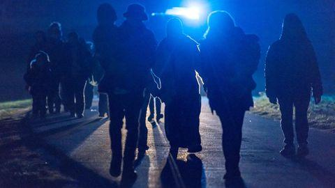 Flüchtlinge hinter der deutsch-österreichischen Grenze