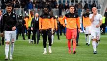 Enttäuscht verlassen Spieler derGrasshoppers Zürich das Spielfeld in Luzern