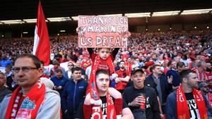 """Fake-Jubel: Ein Kind hält ein Schild hoch mit der Aufschrift """"Thanks for making us dream""""."""