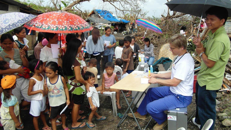 """Philippinen 2013: Nach dem verheerenden Taifun Haiyan versorgen Mitarbeiter von """"Ärzte ohne Grenzen""""die Bevölkerung medizinisch"""