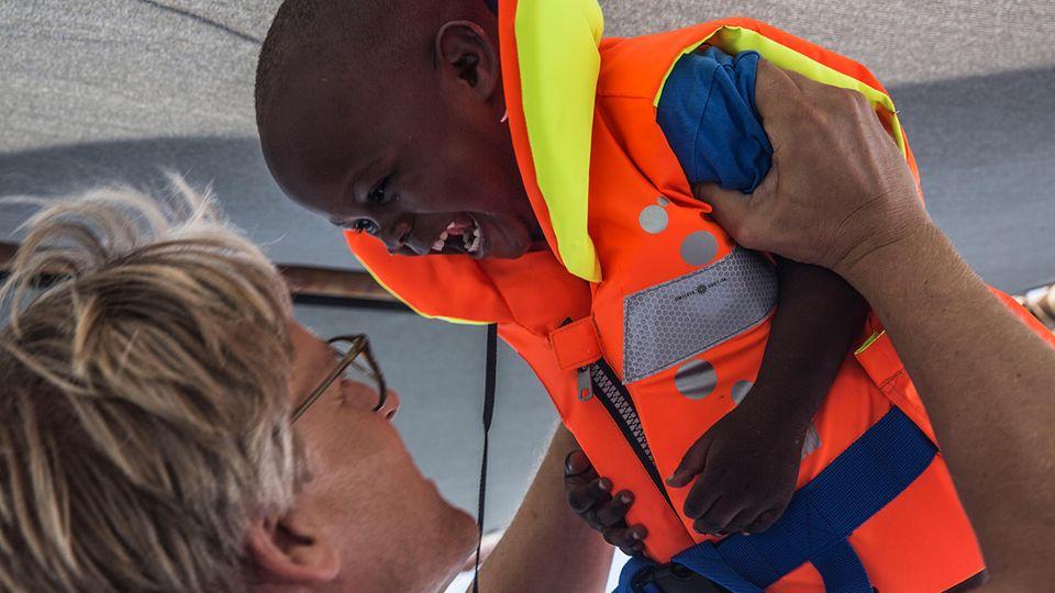 Du bist in Sicherheit! Tankred Stöbe hilft Geflüchteten beim Seenotrettungsdienst 2015 im Mittelmeer.
