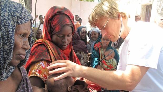 """2011 im Somalia. Vor allem die Kinder litten unter der Dürre und schlechter Versorgung. 2013 zog """"Ärzte ohne Grenzen""""nach 22 Jahren Einsatz in dem Krisengebiet seine Helfer ab. Grund waren Angriffe auf Mitarbeiter. 2017 wurde die Arbeit wieder aufgenommen."""