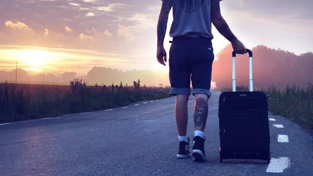 Mann mit Koffer