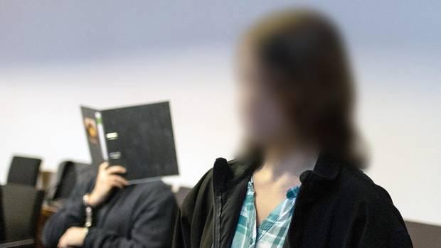 Maria H. (r.) kehrte nach fünf Jahren 2018 zurück nach Deutschland. Im Hintergrund ist der angeklagte 58-Jährige zu sehen.