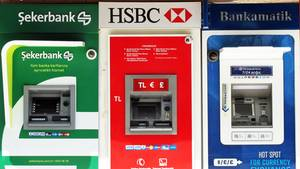 In der Türkei stehen oft mehrere Geldautomaten nebeneinander: Beim Abheben von Bargeld im Ausland entstehen zum Teil hohe Kosten.