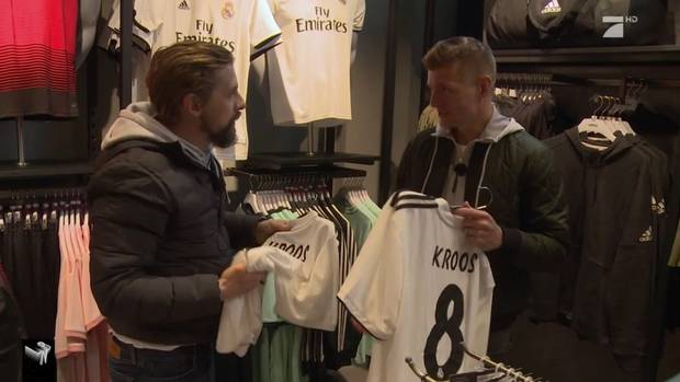 Toni Kroos und Klaas Heufer-Umlauf klauen Fußalltrikos und machen Berlin im Sportwagen unsicher.