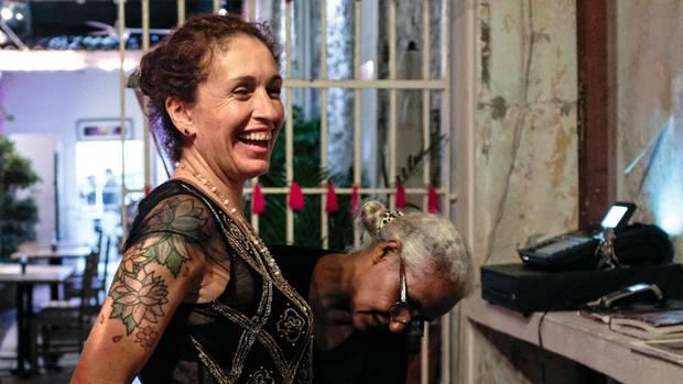 Die Gefangene Isabel Bolaños (r.) arbeitet offiziell als Sekretärin für Luz Adriana Díaz, die Chefin des Restaurants. Und näht ihr auch mal einen Rock.