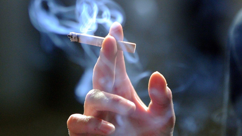 Ob beim Rauchen mit anderen oder in intimen Momenten allein: Für manche ist die Zigarette eine Begleiterin in vielen Alltagssituationen.